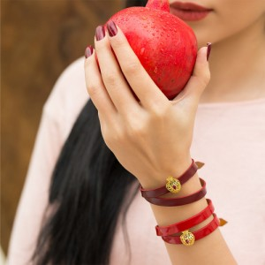 دستبند چرم با پلاک طلا طرح انار کد xb930